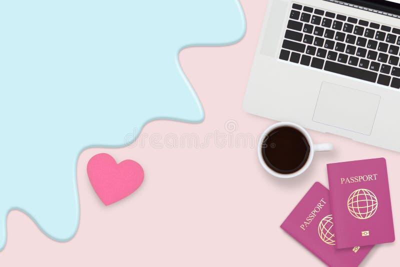 夫妇护照、咖啡和计算机膝上型计算机平的位置  图库摄影