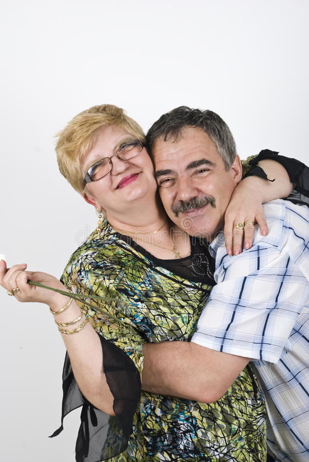 夫妇拥抱愉快成熟 免版税库存图片