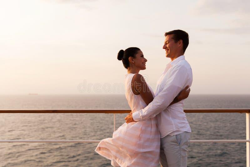 夫妇拥抱浪漫 库存图片
