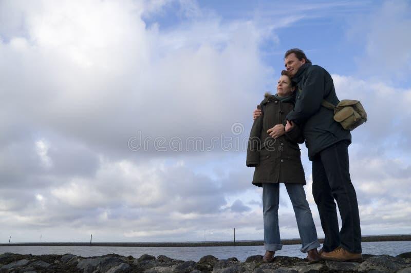 夫妇拥抱海运 免版税图库摄影