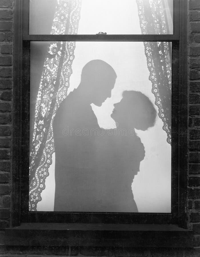 夫妇拥抱的剪影(所有人被描述不更长生存,并且庄园不存在 供应商保单那里 免版税图库摄影