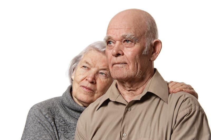 夫妇拥抱的愉快的纵向前辈 免版税库存照片
