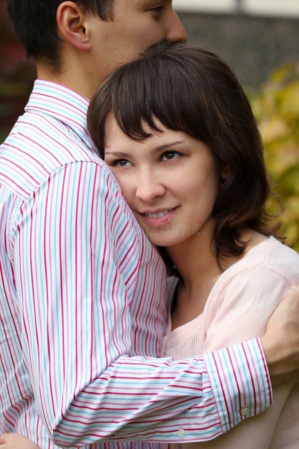 年轻夫妇拥抱 库存照片