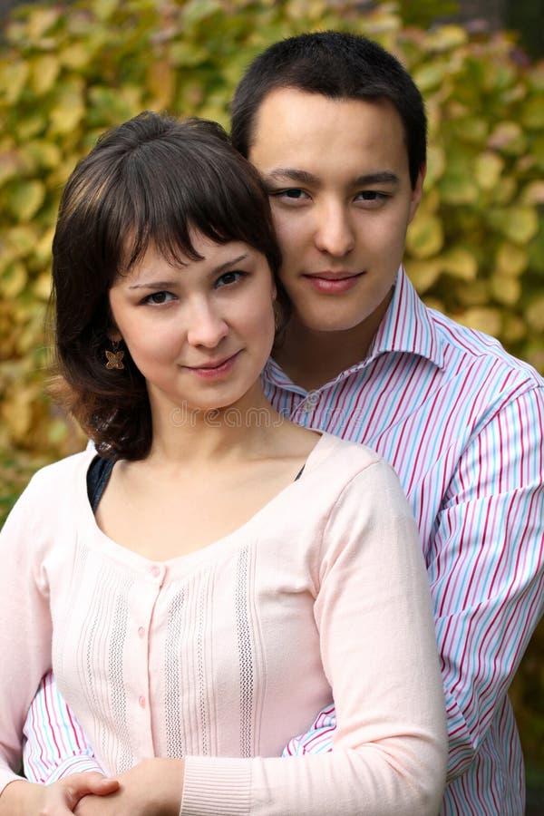 年轻夫妇拥抱 库存图片