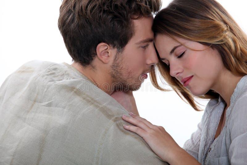年轻夫妇拥抱 免版税图库摄影