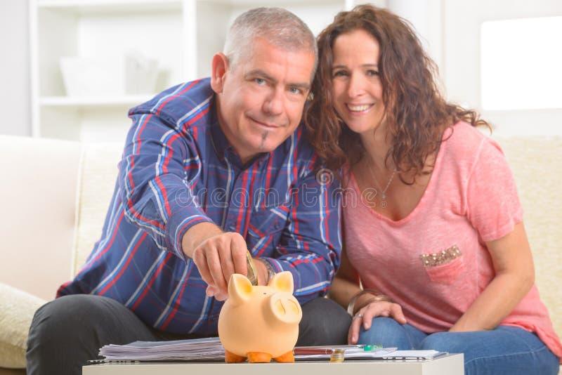 夫妇挽救金钱 库存照片