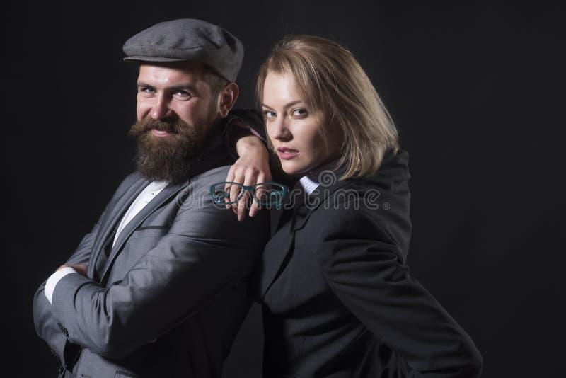 夫妇探员调查员伙伴 合作聪明的聪明的记者调查员 男人和白肤金发的妇女 免版税库存照片