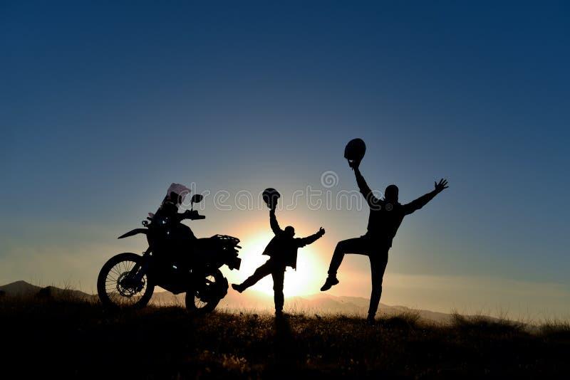 夫妇摩托车冒险和精力充沛的天