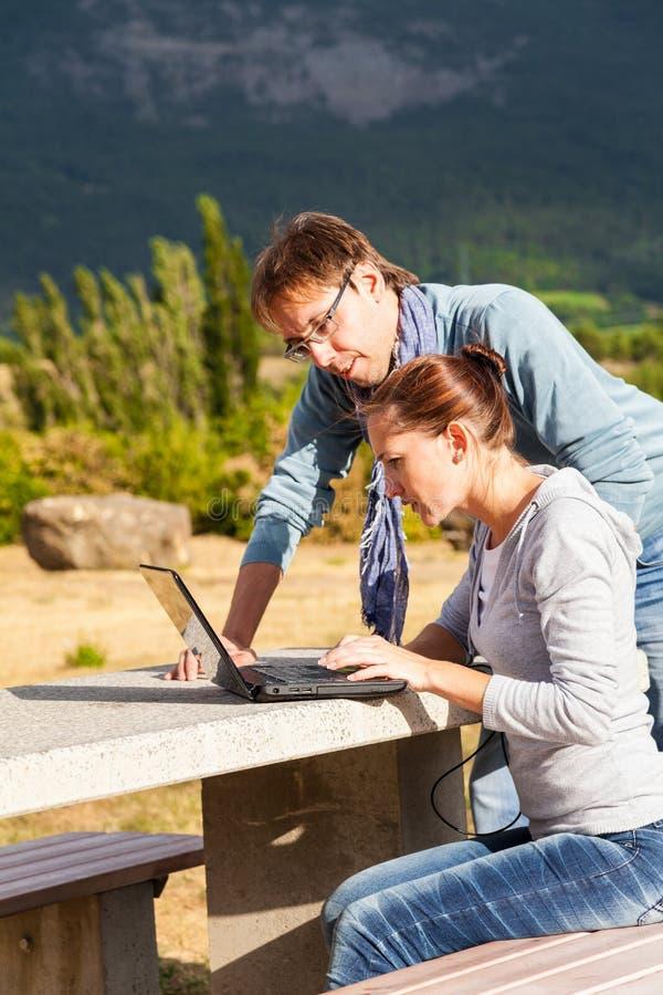 夫妇改正假期旅行路线和售票旅馆的计划 免版税库存照片