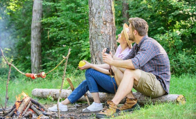 夫妇放松坐食用的日志快餐 远足野餐日期 家庭享受浪漫周末本质上 宜人的野餐或 库存照片