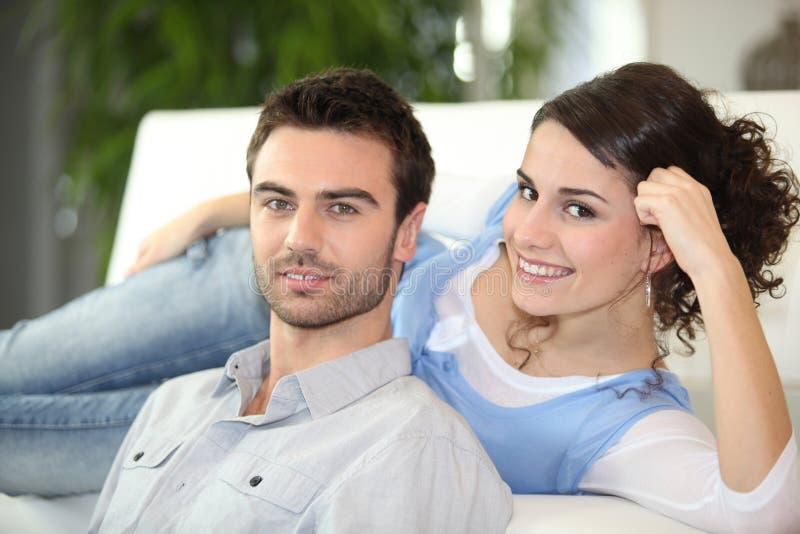 夫妇放松的年轻人 免版税库存图片