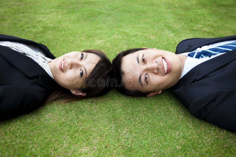 夫妇放牧位置年轻人 免版税图库摄影