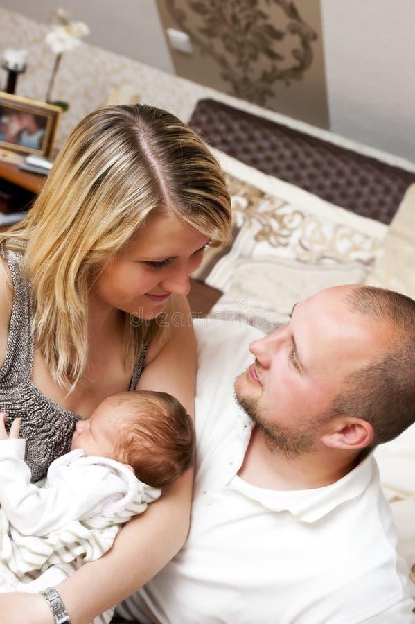 夫妇新出生的年轻人 免版税库存图片