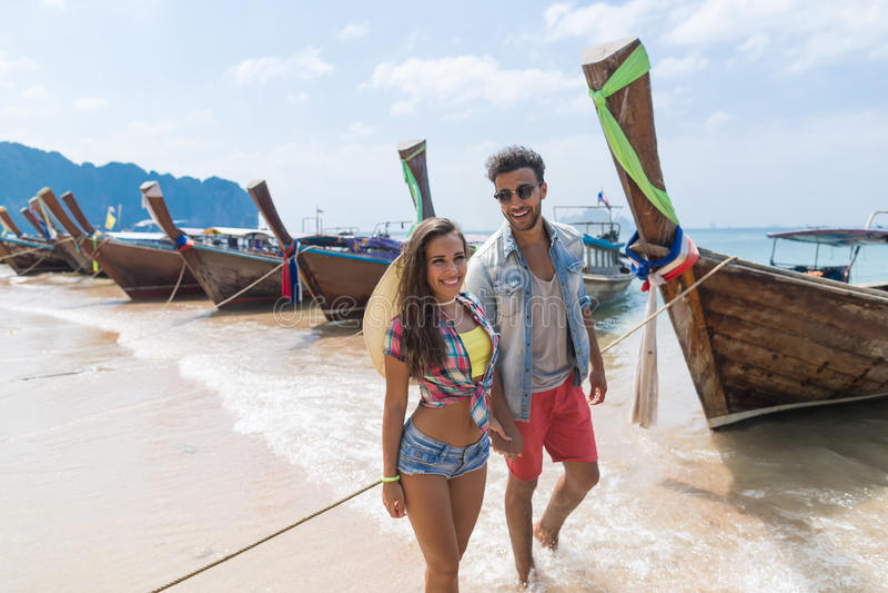 年轻夫妇旅游长尾巴泰国小船口岸海洋海假期旅行旅行 图库摄影