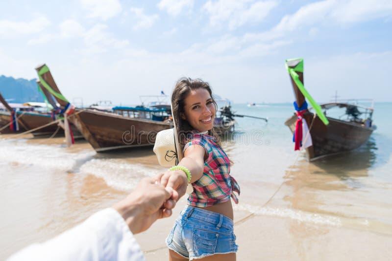 年轻夫妇旅游长尾巴泰国小船口岸海洋海假期旅行旅行 免版税库存照片