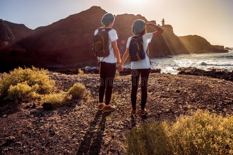 年轻夫妇旅行的自然 免版税库存图片