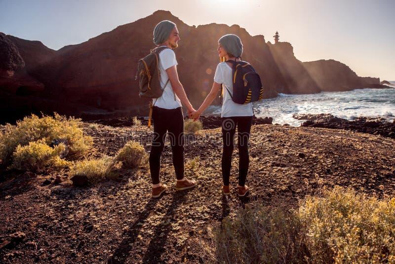年轻夫妇旅行的自然 免版税图库摄影