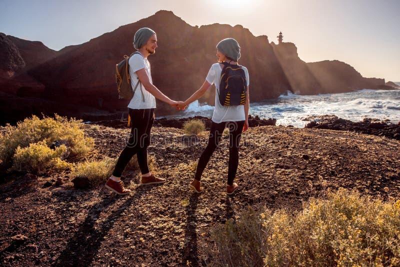 年轻夫妇旅行的自然 图库摄影