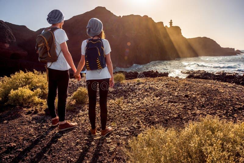 年轻夫妇旅行的自然 免版税库存照片