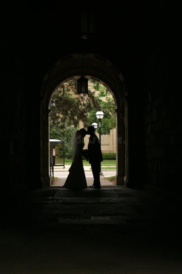 夫妇日剪影他们的婚礼 免版税库存照片