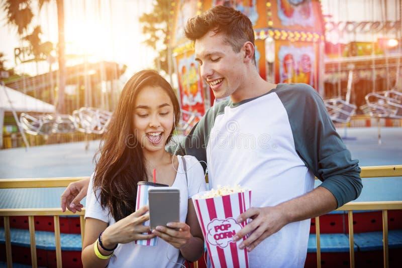 年轻夫妇日期游乐园概念 免版税库存图片