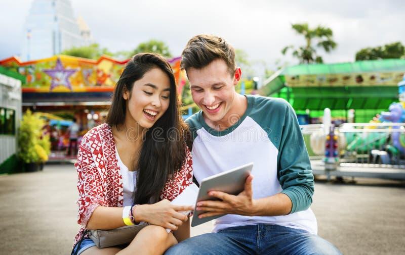 年轻夫妇日期游乐园概念 库存图片