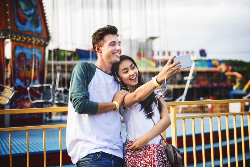 年轻夫妇日期游乐园概念 免版税图库摄影