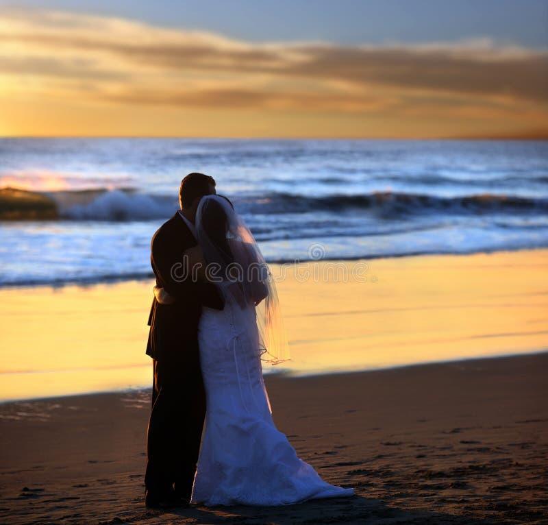 夫妇日落婚礼 免版税图库摄影