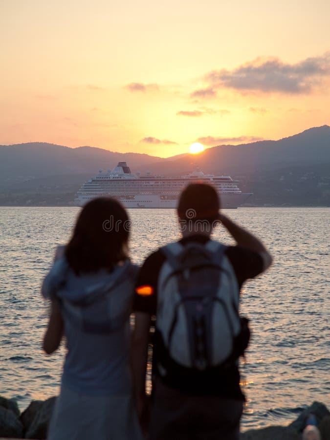 夫妇日落注意的年轻人 免版税库存照片