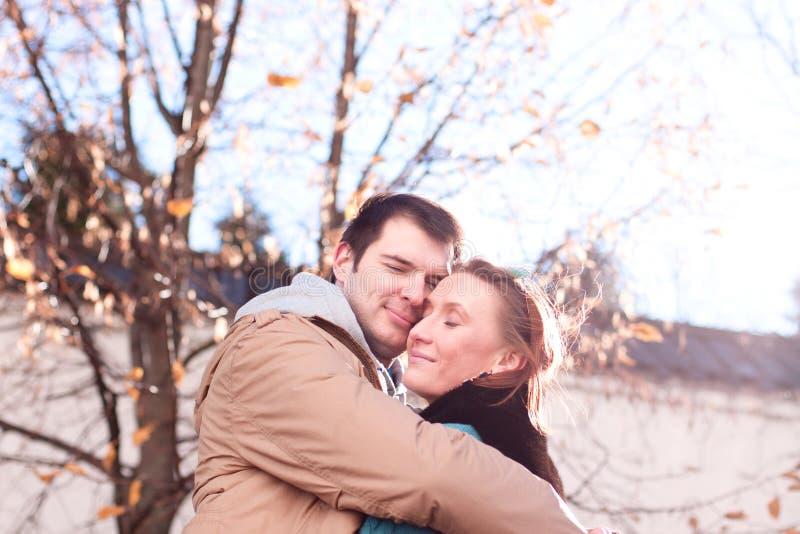 年轻夫妇春天城市,放松获得乐趣,彼此相爱,愉快的家庭,想法样式概念关系秋天 库存图片