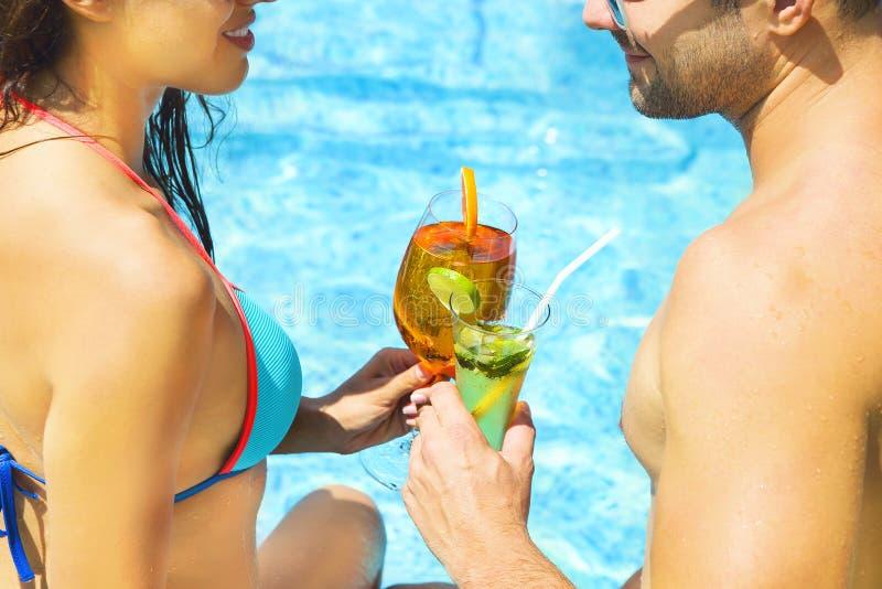 年轻夫妇是松弛在游泳池 免版税图库摄影