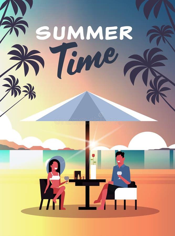夫妇暑假人妇女饮料在日落海滩热带海岛垂直的舱内甲板的酒伞 向量例证