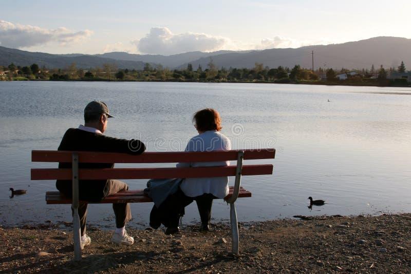 夫妇更旧的公园 免版税库存照片