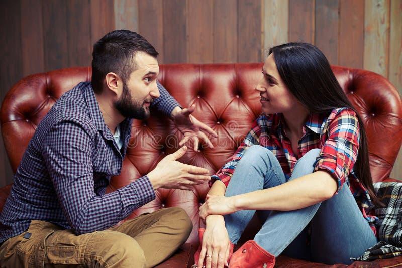 年轻夫妇有一次有趣的交谈 库存照片