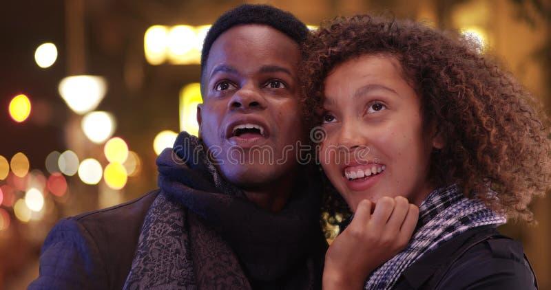 年轻黑夫妇有在镇的夜 库存照片