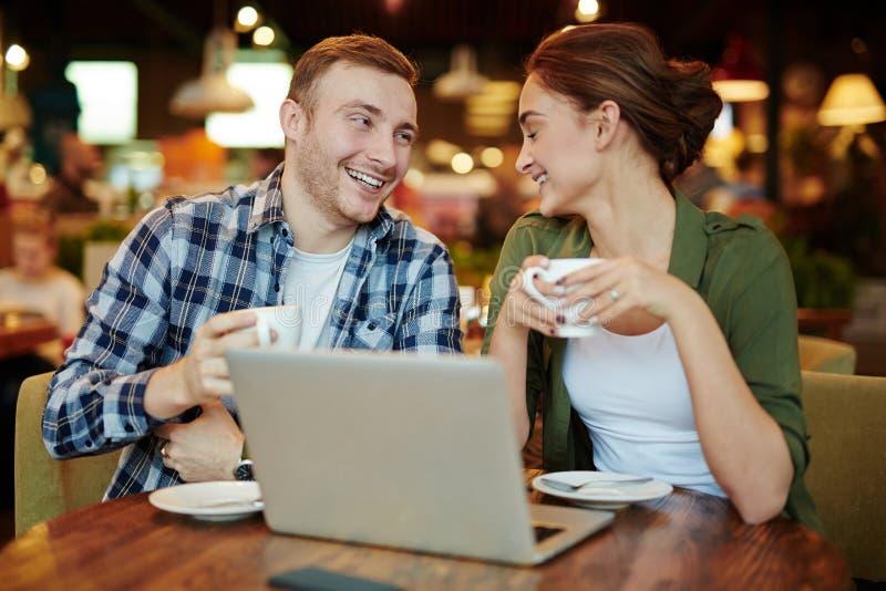 夫妇有好时间在咖啡馆 库存照片