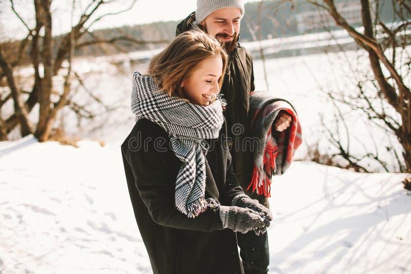 夫妇有步行在冬天公园在冻湖附近 库存图片