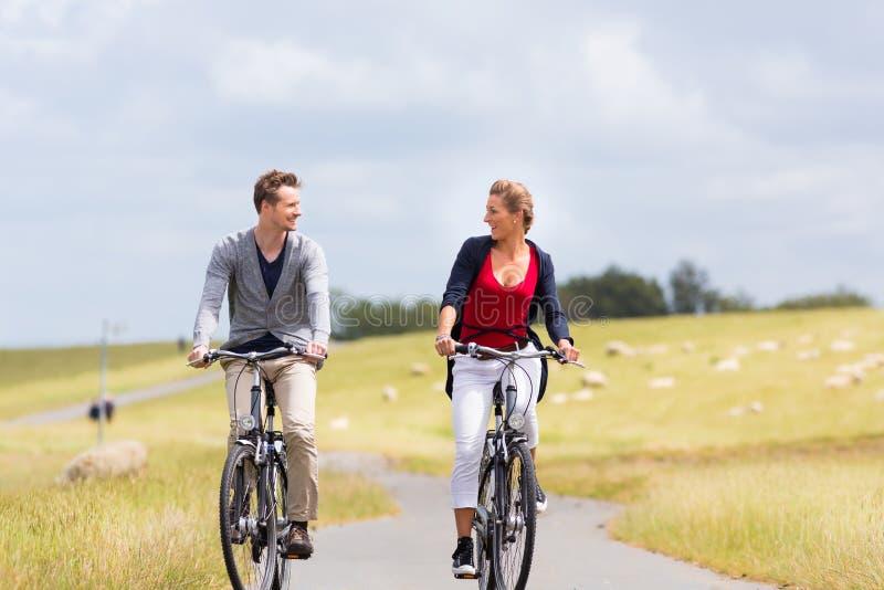夫妇有沿海自行车游览在堤坝 免版税库存图片