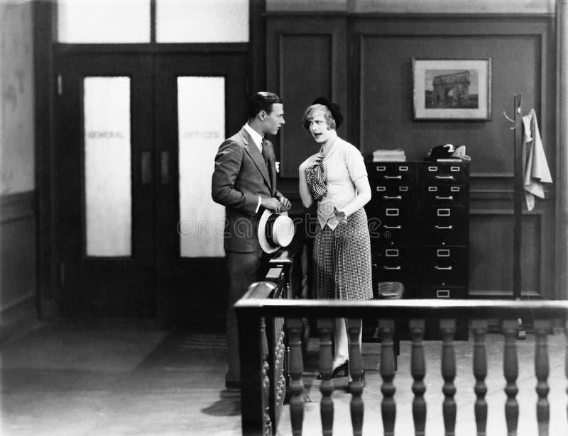 夫妇有论据在办公室(所有人被描述不更长生存,并且庄园不存在 供应商保单那里 免版税库存图片