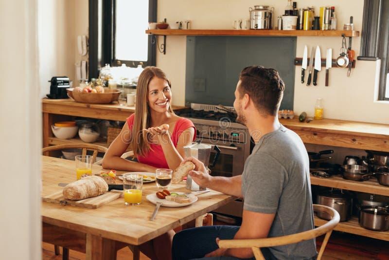 夫妇有闲谈在早餐桌上 免版税库存照片