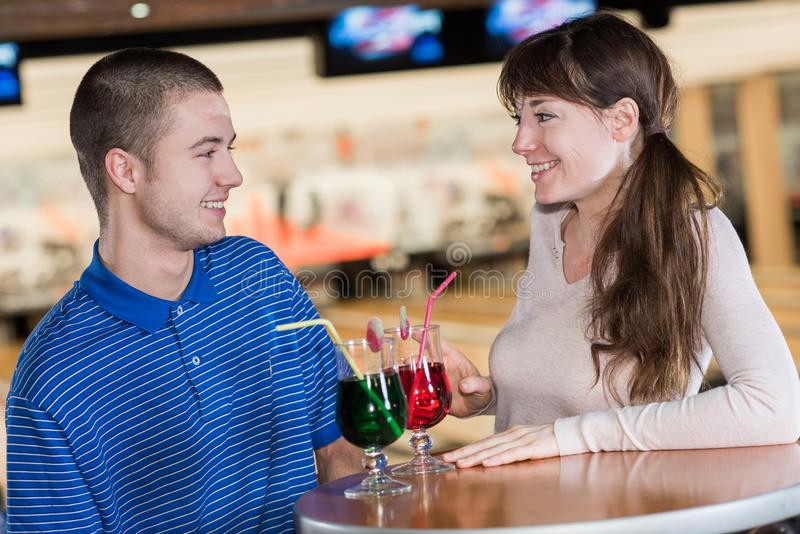 夫妇有饮料在保龄球俱乐部 库存图片