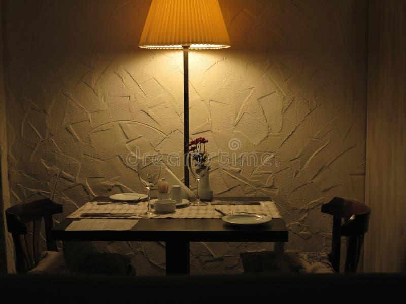 夫妇服务的餐馆的浪漫饭桌 库存图片