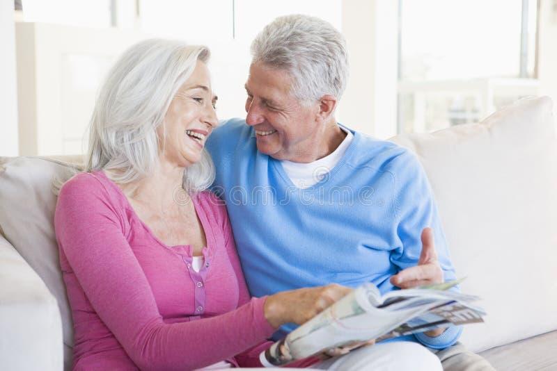 夫妇杂志微笑 免版税库存图片