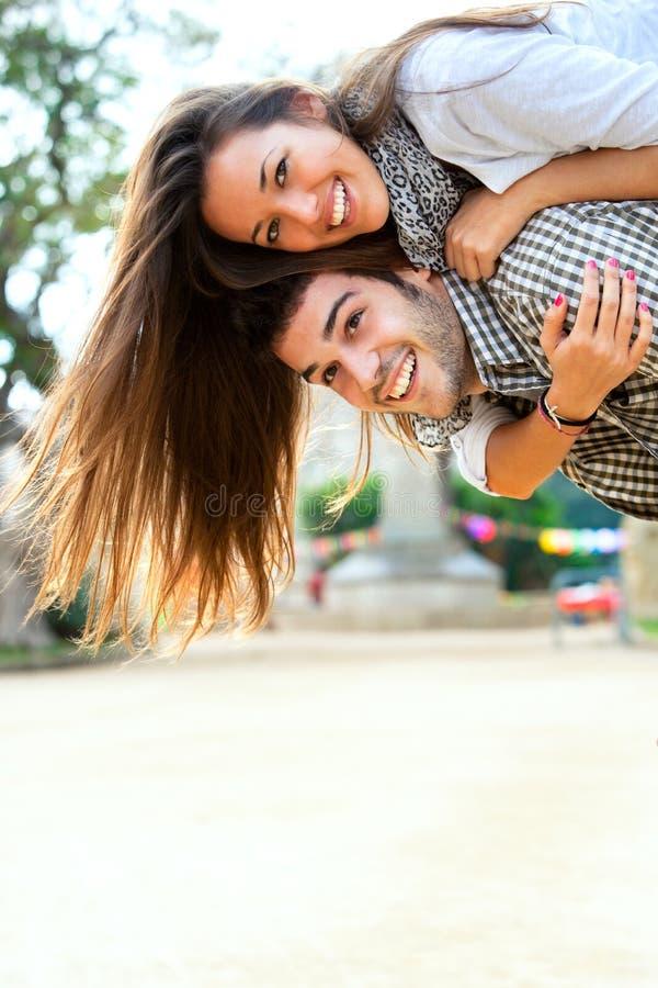 夫妇极大有户外计时年轻人 图库摄影