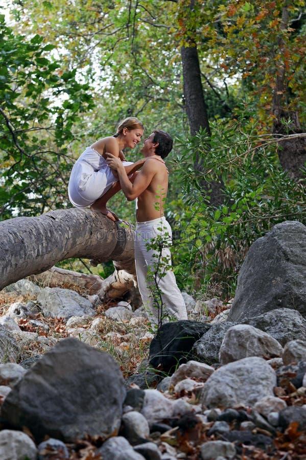 夫妇森林愉快的年轻人 图库摄影