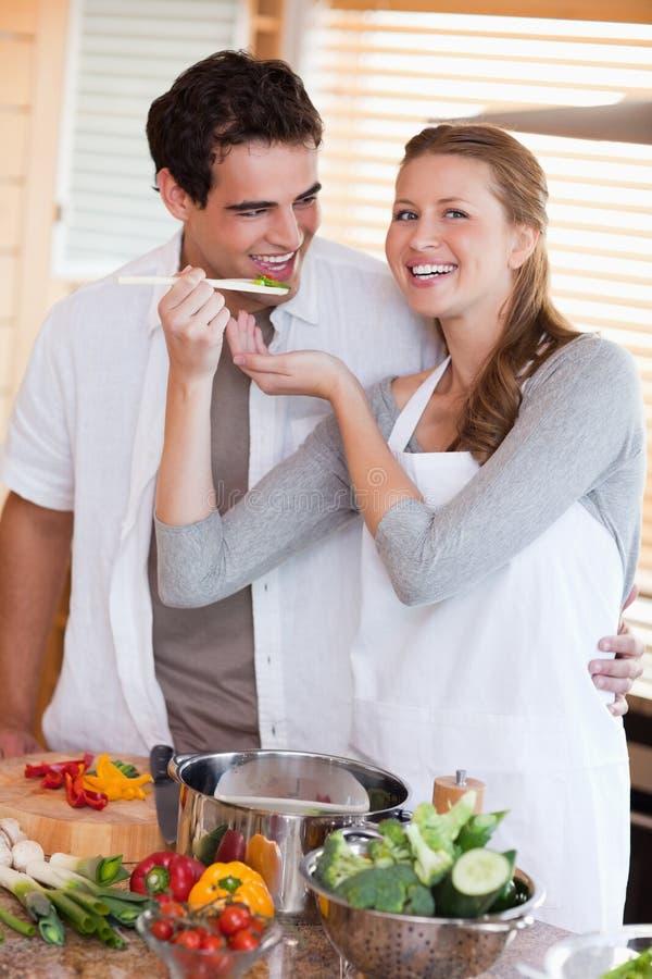 夫妇正餐喜欢一起准备 免版税库存照片