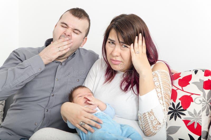 年轻夫妇没有和平在家,由于哭泣 免版税图库摄影