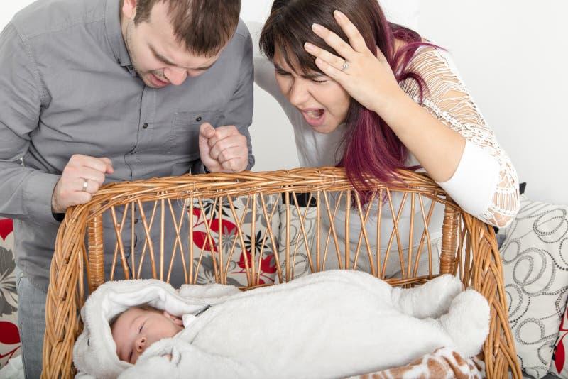 年轻夫妇没有和平在家,由于哭泣 库存图片