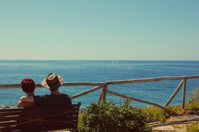 夫妇海岸年轻人 库存图片