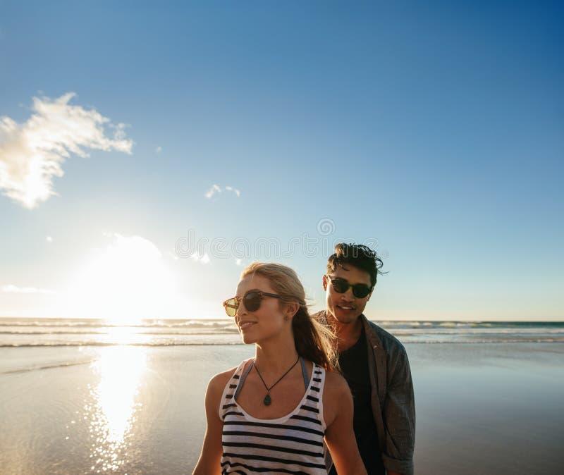 夫妇海岸年轻人 库存照片